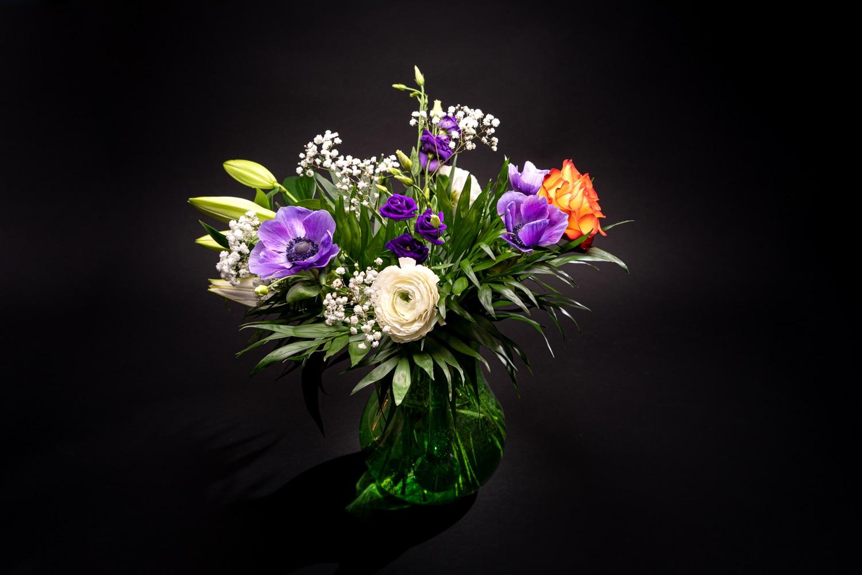 Bouquet de fleurs dans un vase, sur fond noir