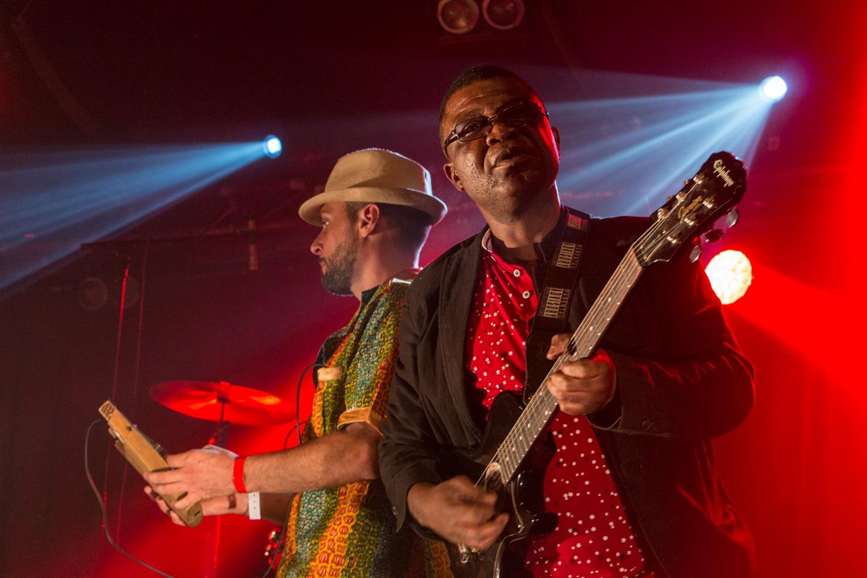 Concert au cabaret sauvage à Paris : guitariste au premier plan