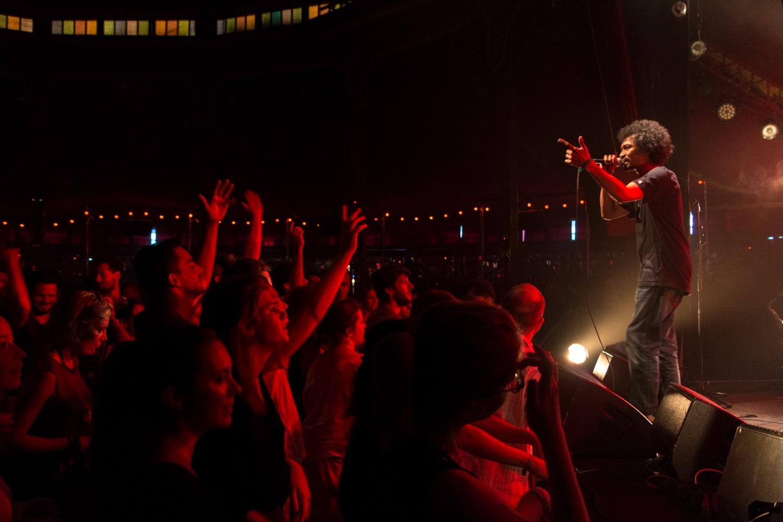 Concert au cabaret sauvage à Paris : Public et chanteur vues de profil