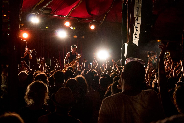 Concert au cabaret sauvage à Paris : public les mains en l'air