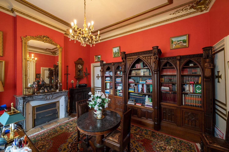 Immobilier, photo d'un bureau avec bibliothèque