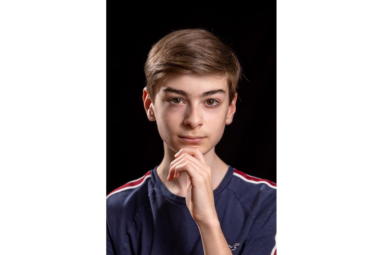 Adolescent prenant la pose de Steve Jobs