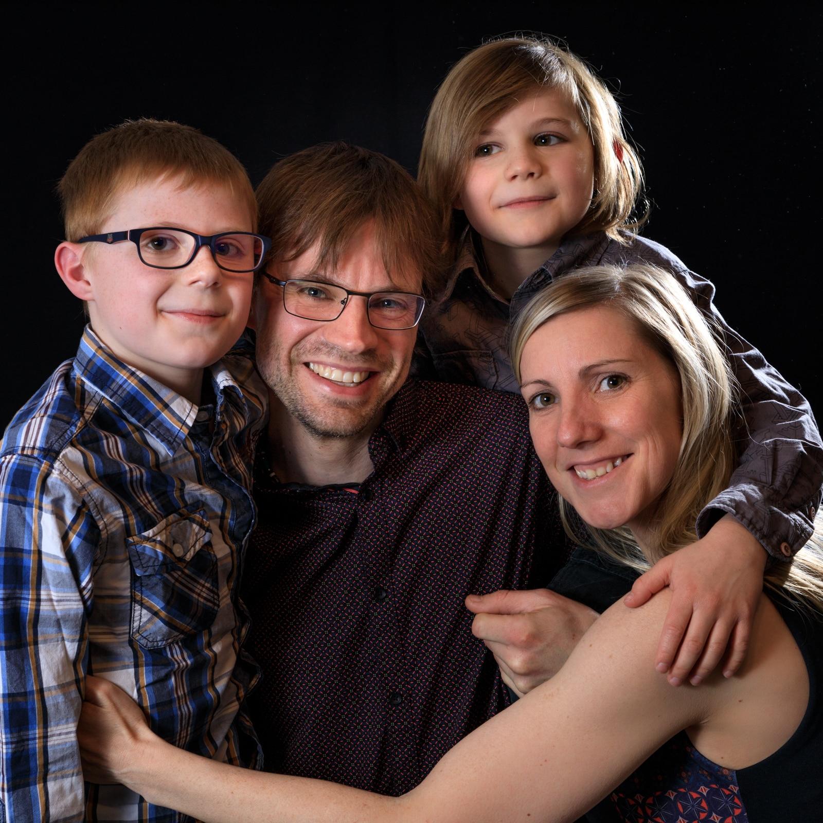 Famille complète avec les parents et les 2 enfants