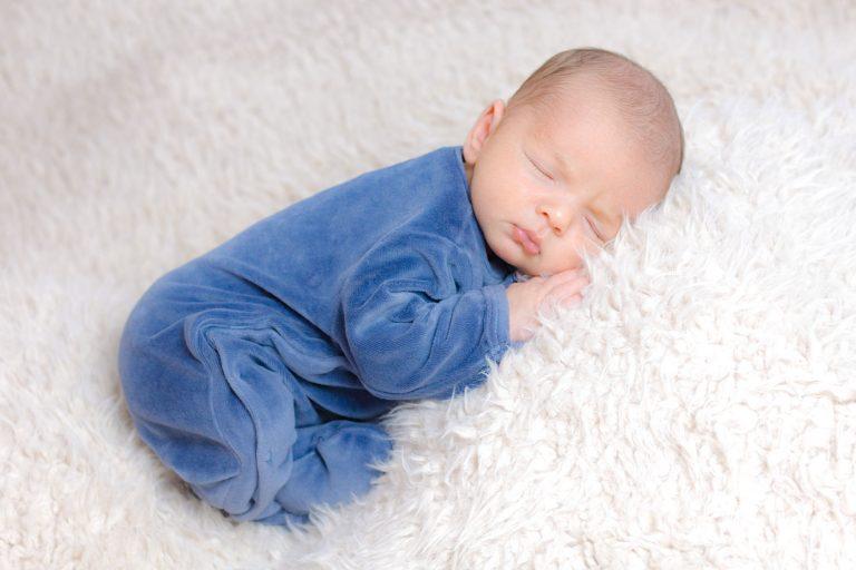 Nouveau né endormi sur une couverture
