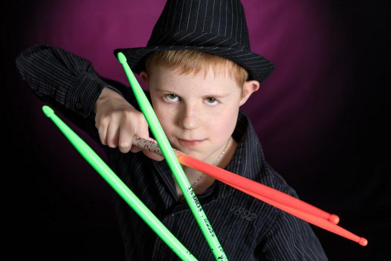 Jeune garçon avec baguettes de batterie