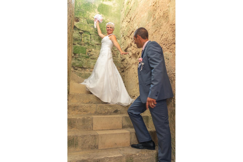 Mariés dans un escalier de pierres