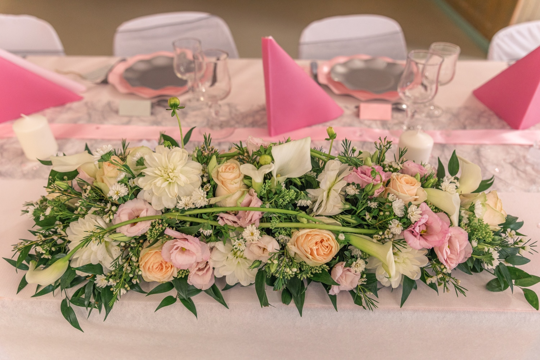 Décoration florale rose et blanche