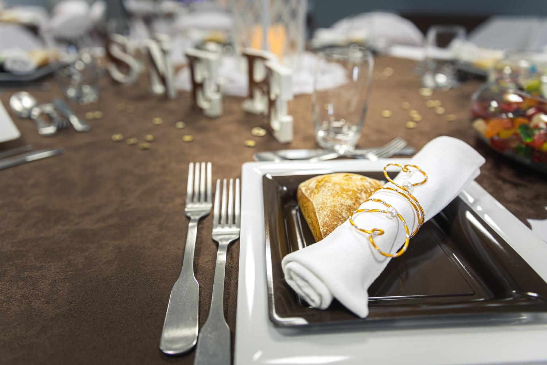 Détail de la décoration de table sur une assiette