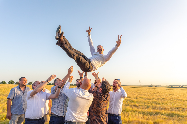 Un marié jeté en l'air