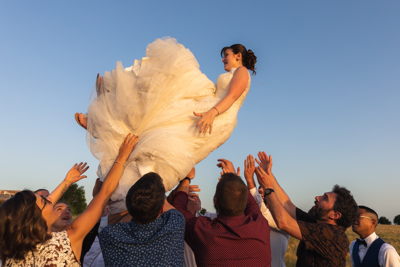 Une mariée jetée en l'air