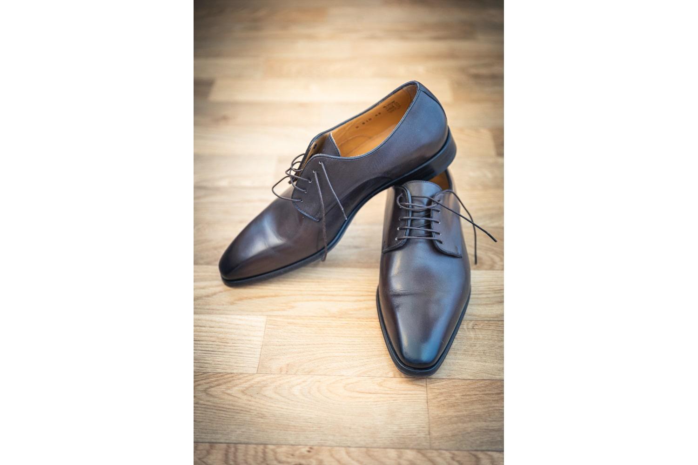 Les chaussures du marié pendant les préparatifs
