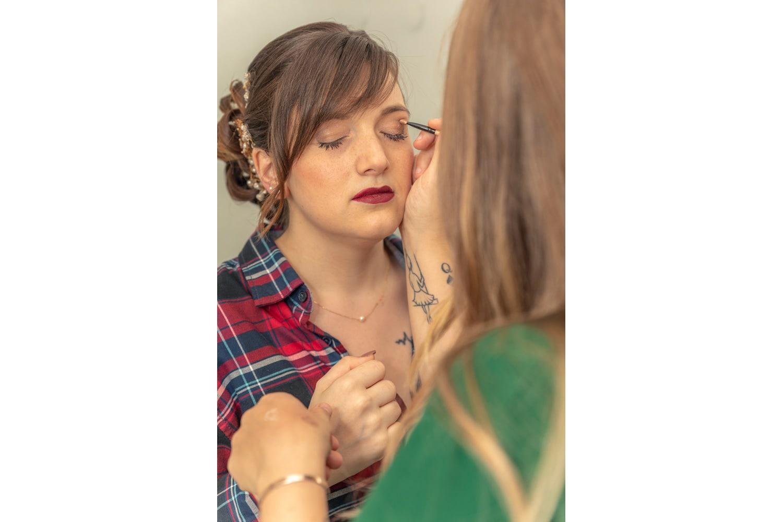 Maquillage de la mariée lors des préparatifs
