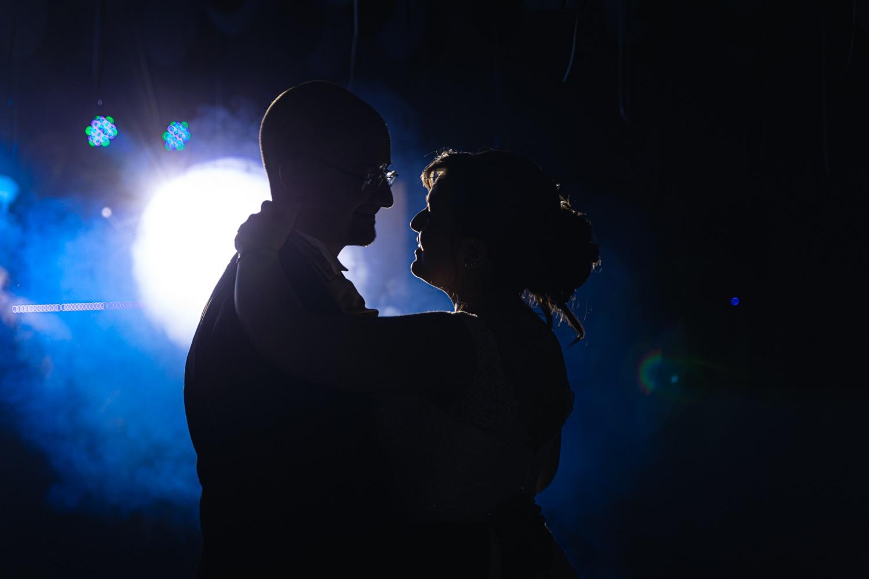 Première danse avec les mariés en contre-jour