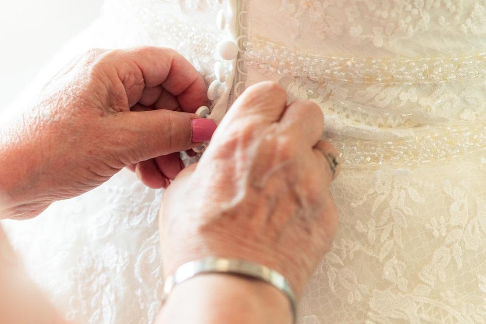 fermeture de la robe de la mariée