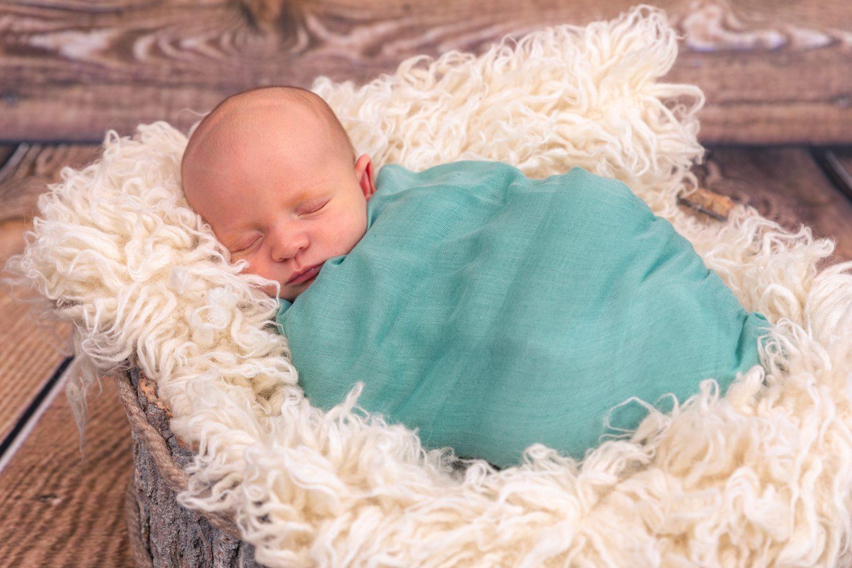 Bébé wrappé sur un flokati