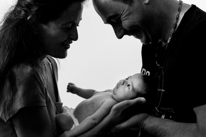 Silhouettes des parents et de bébé en contre jour